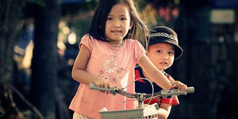 Børn med cykel - Find Børnecykelhjelm