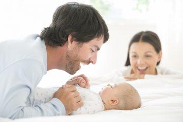 Glade førstegangsforældre med deres barn | Styr på nyt hus med bil.