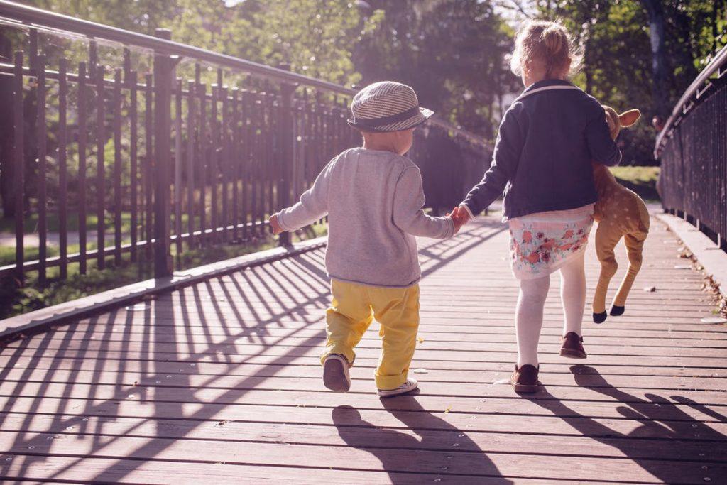 Tag en tur i parken med dine børn for at spare mere